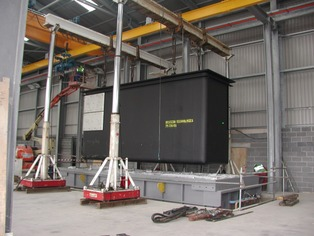 Hydraulic Gantry lifting inside warehouse